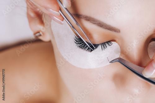 Procedura Przedłużania Rzęs. Kobieta oko z długimi rzęsami. Zamknij się, selektywne focus.