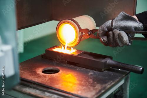 Topienie złota. Molted metal wlewając do postaci pręta
