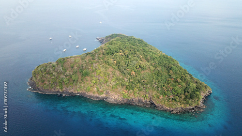 Keuken foto achterwand Tropical strand Aerial photo tropical island and ocean with yachts in Thailand