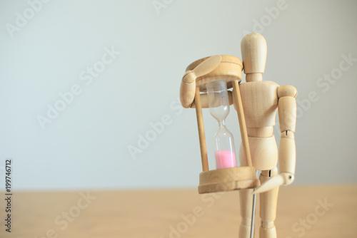 砂時計を持つ人形