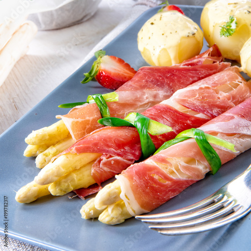 Sticker asparagus ham rolls with strawberries and hollandaise