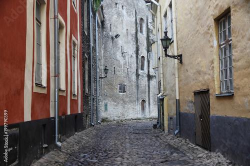 Poster Smal steegje wąska brukowana uliczka między kamienicami na starym mieście