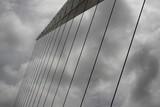 Fototapeta Fototapety mosty linowy / wiszący - nowoczesny most o konstrukcji linowej w buenos aires na tle dramatycznego zachmurzonego nieba © Jan