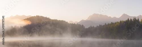 Panorama vom Geroldsee mit Soierngruppe und Karendel in den Alpen - 199797541