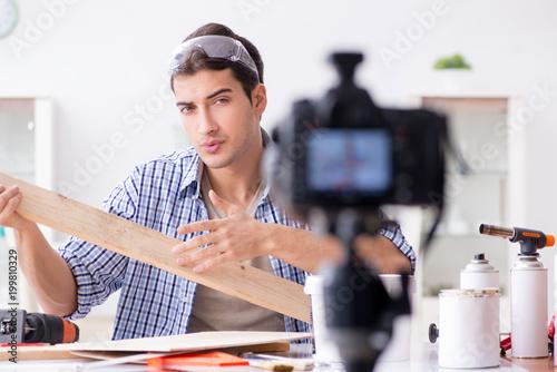 DIY blogger nagrywający wideo woorworking hobby