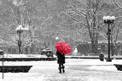 Kobieta z czerwonym parasolem w czarny i biały Miasto Nowy Jork śniegu