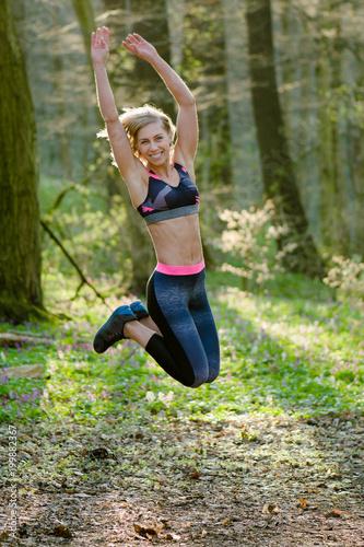 Sporty kobiety skakać plenerowy. Skuteczna aktywna kobieta.