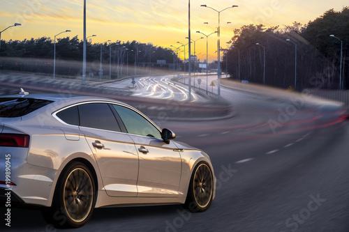 sport, luksusowy samochód jeżdżący wieczorem na autostradzie