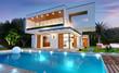 Leinwanddruck Bild - Belle maison moderne d'architecte avec piscine avec éclairage de nuit