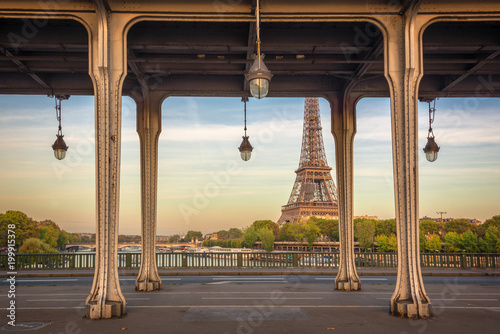 Foto op Plexiglas Parijs Bir Hakeim bridge, Eiffel tower in the background, Paris France