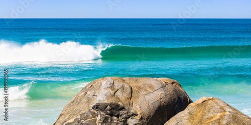 Plaża z falą i skałami