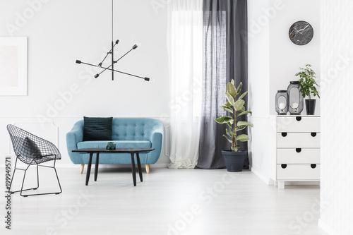 Biały i niebieski salon