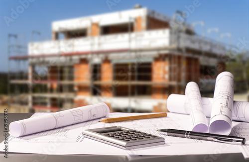 Plac budowy z planami powłoki i budowy