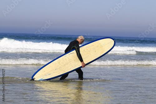 Fototapeta Surfeur à l'océan