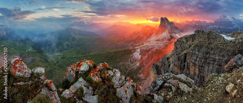 Foto op Plexiglas Panoramafoto s Panorama dramatic sunset in dolomites alp mountain from peak Nuvolau