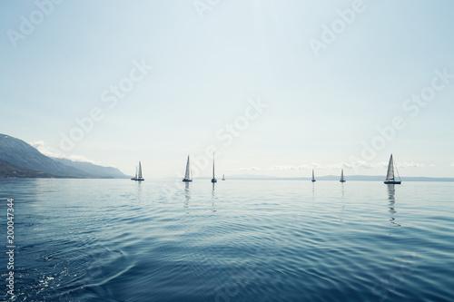 Portret żeglowanie łodzie na otwartym morzu