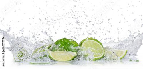 Świeże limonki z pluskiem wody
