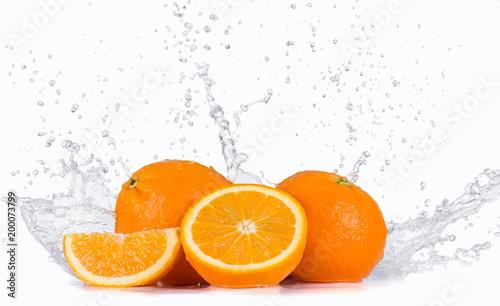 Świeże pomarańcze z pluskiem wody