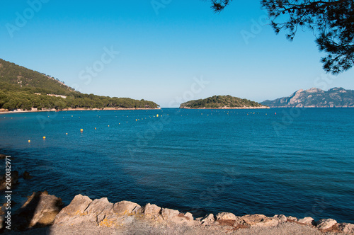 Foto op Aluminium Blauw Mountains and blue sea