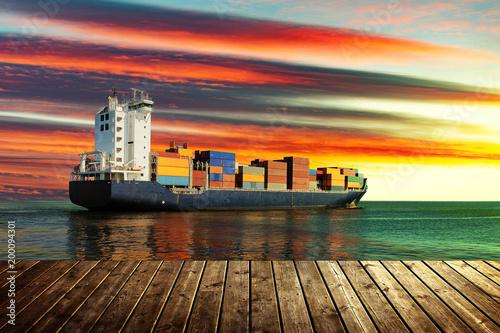 Widok od drewnianego mola z zbiornika statkiem na morzu podczas zmierzchu.