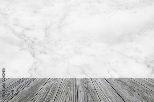 Naturalna drewno stołu tekstura na bielu marmuru tle. tekstura dla dodania tekstu. używać do wyświetlania produktu.