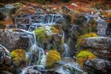 Schöne Kaskade eines Gebirgswasserfalls. Gebirgsbach. Schöne Farben.