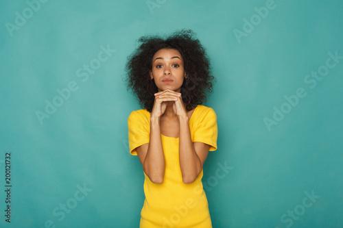 Portret rozważna kobieta z tajemniczym spojrzeniem