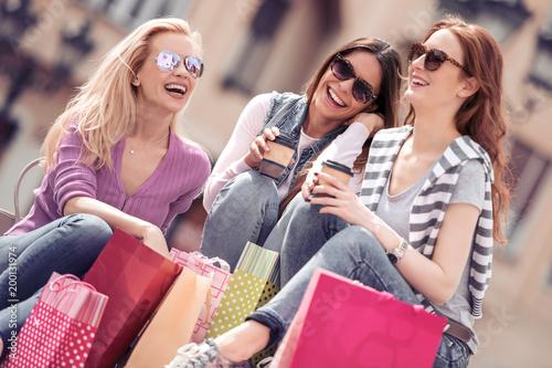 Grupa przyjaciół odpoczynku po zakupach