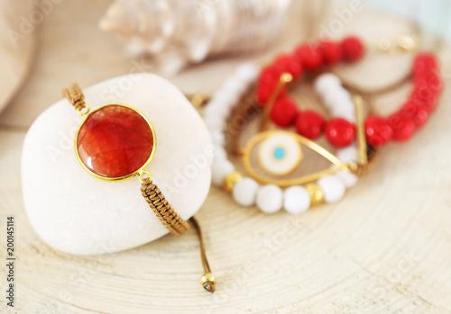 bransoletki z kamieni szlachetnych - korale i kamienie agatowe - reklama greckiej biżuterii