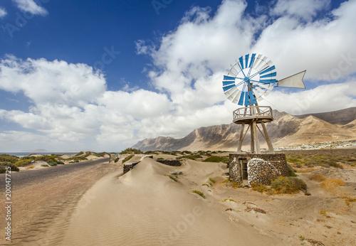 Fotobehang Canarische Eilanden Windmill on Lanzarote