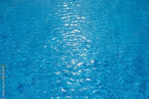 tekstury zmarszczki wody w basenie ze słonecznym blaskiem