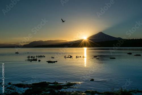 Keuken foto achterwand Ochtendgloren El primer amanecer del año con el sol saliendo detrás del volcán Villarrica.