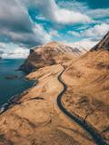 Strassen und Flüsse von oben Drohnen Aufnahme Kurve von Oben Faroe Islands
