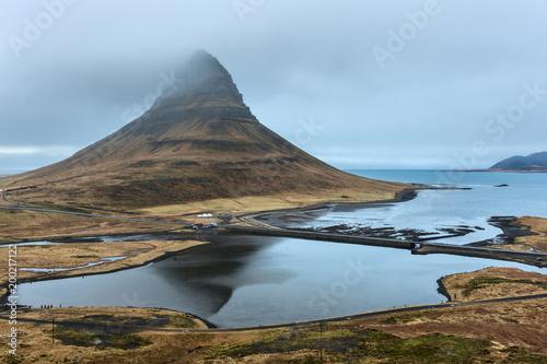Fotobehang Blauwe hemel Islanda, la terra dei vichinghi. Il monte Kirkjufell e la sua laguna.