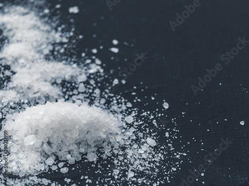 Biała sól na czarnym tle