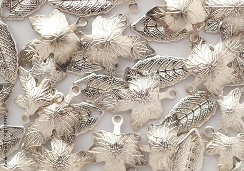 Mnóstwo srebrnych błyszczących metalowych liści. Ustalenia biżuterii