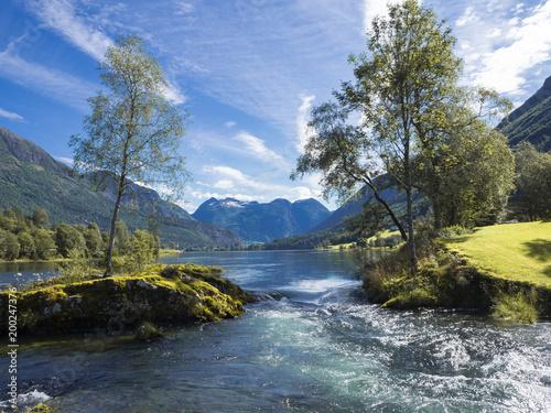 Foto Murales Vistas del paisaje de montaña en el lago Nedrefloen, en el verano de 2017 en Noruega