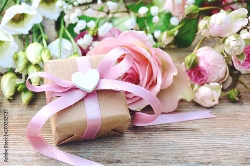 Blumenstrauß mit Geschenk  - Grußkarte - 200262721