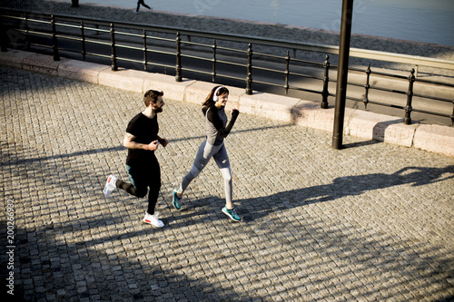 Poster Healthy runners running in the city with cityscape background