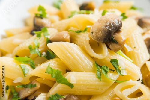 Foto Murales Piatto di penne ai funghi, prezzemolo e formaggio