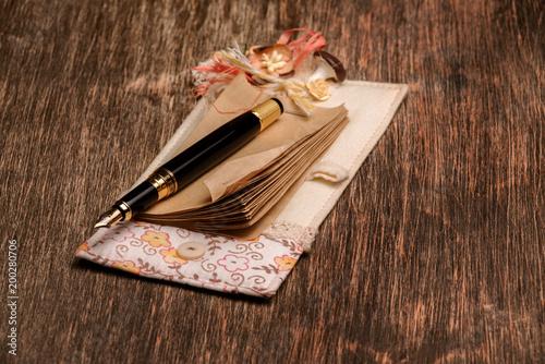 Projektanta notatnik i atramentu pióro na drewnianym tle