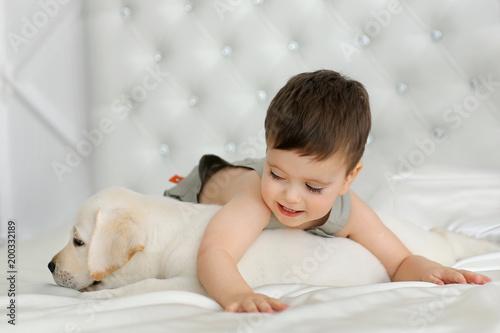 Foto Murales Boy with labrador puppy