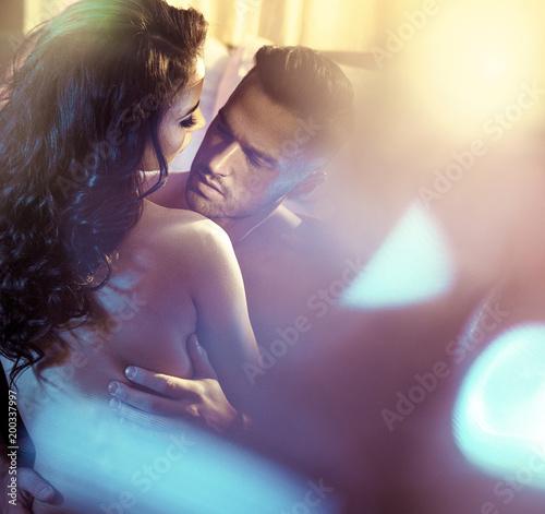 Foto Spatwand Konrad B. Sensual couple in a luxurious bedroom