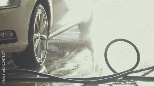 Samochód jest pokryty wodą po myciu samochodu