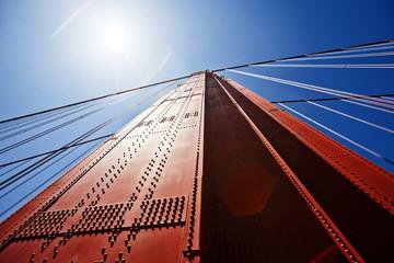Teil der Golden Gate Bridge in San Francisco aus der Froschperspektive mit Sonnenreflex