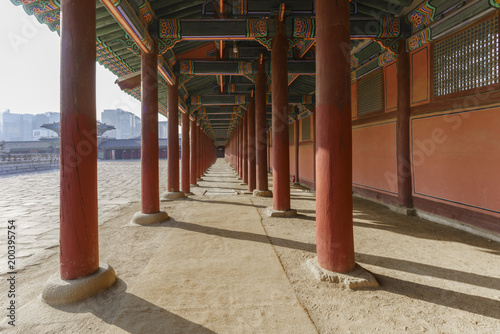 Foto op Plexiglas Seoel Traditional long Corridor and architecture of Gyeongbokgung Palace or The largest of the Five Grand Palaces in Seoul , South Korea