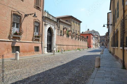 Ferrara, pusta uliczka w stronę centrum, Włochy - 200402749