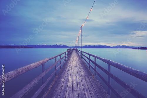 Fotobehang Bruggen romantischer Abend am Steg mit Lichterkette