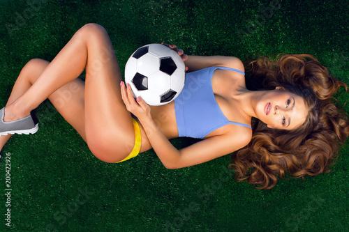 Sexy cheerleaderka z piłką nożną