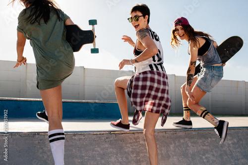 Grupa dziewcząt świetnie się bawimy w skate parku